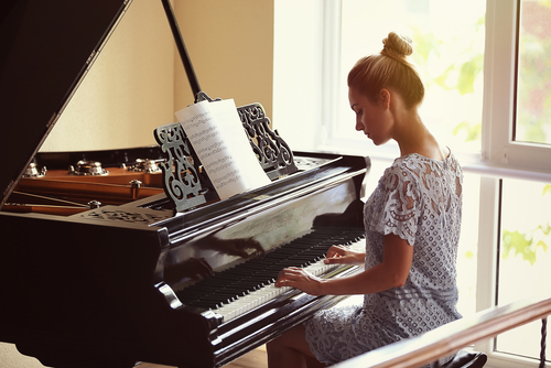 Image of piano player for our ranking of top piano scholarships